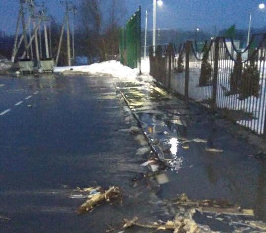 У селищі Пісочин через аварію вулиці заливає водою