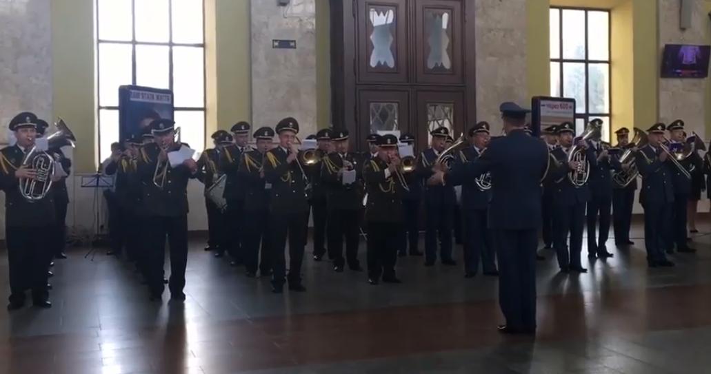 На Південному вокзалі виступив військовий оркестр