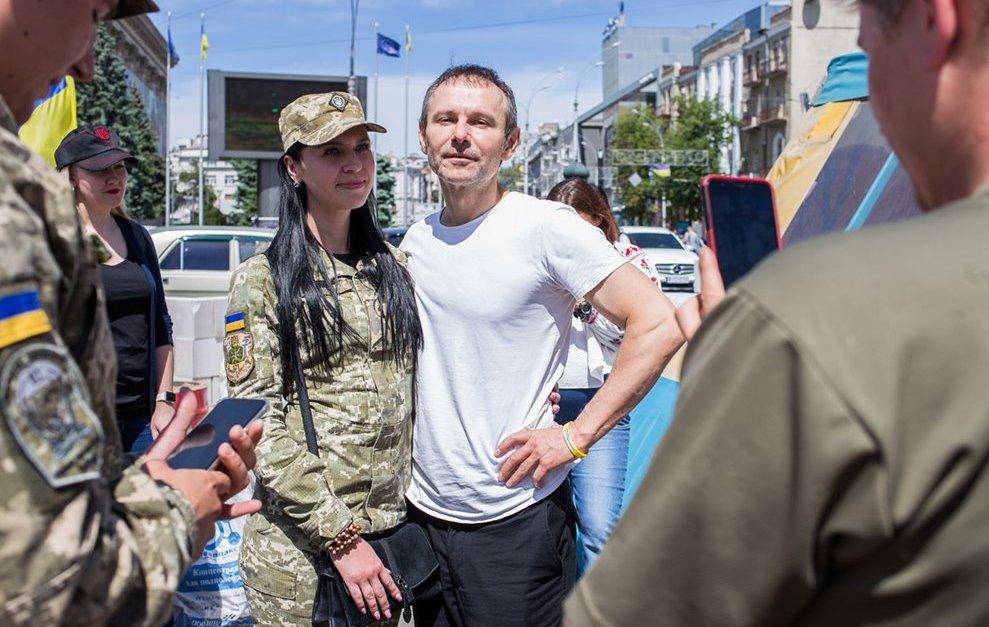 Волонтерський намет на майдані Свободи відвідав знаменитий музикант