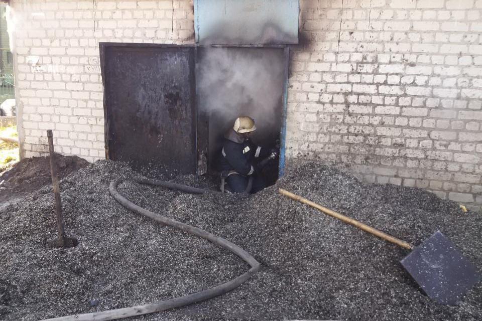 У Лозовій горить приватне складське приміщення