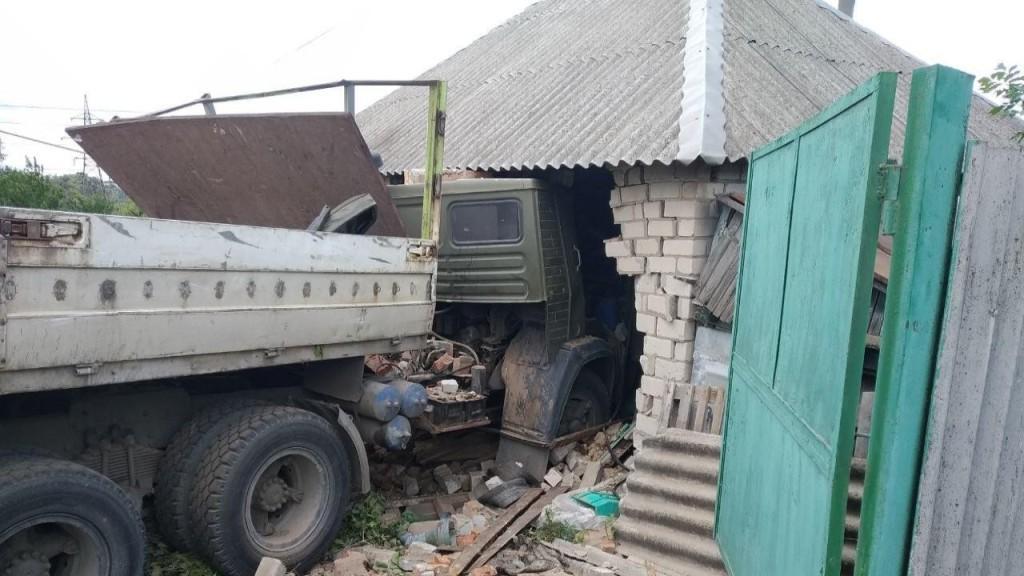На Дергачівщині вантажівка врізалася в житловий будинок