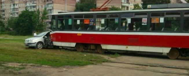 У Харкові зіткнулися іномарка і трамвай: водій легковика в лікарні