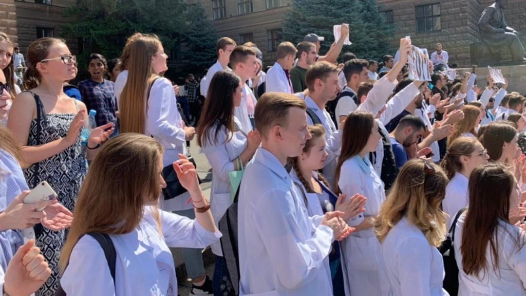 У Харкові тривають мітинги студентів-медиків